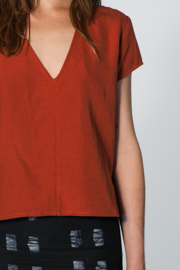 ALI GOLDEN V NECK TOP - RUST