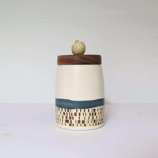 bead-topped Canister