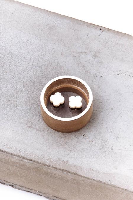 OkiikO Asorti Stud Earrings (Cream Sakura)