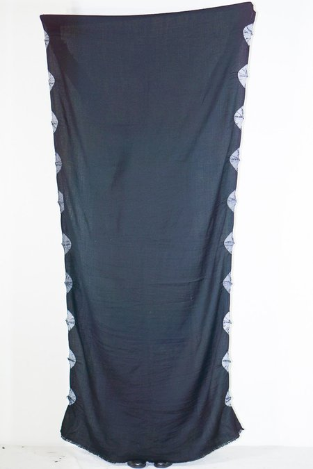 Mimbres Black Wool Scarf With Grey Scallop Edge