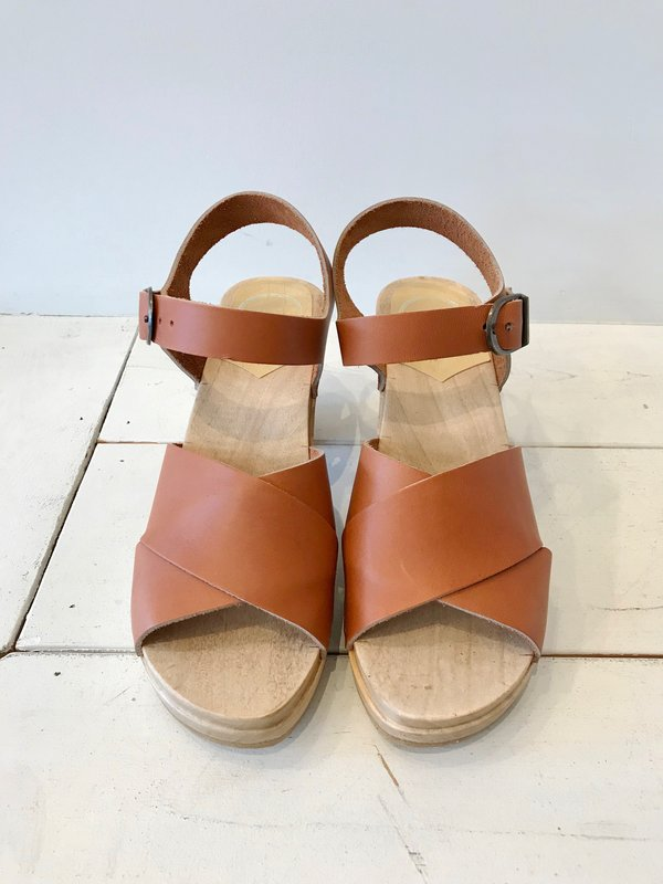 No.6 Coco Cross front Clogs in Caramel
