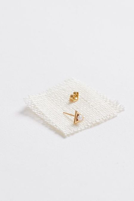mau design Introvert 14 kt SINGLE gold Stud - Japanese white pearl