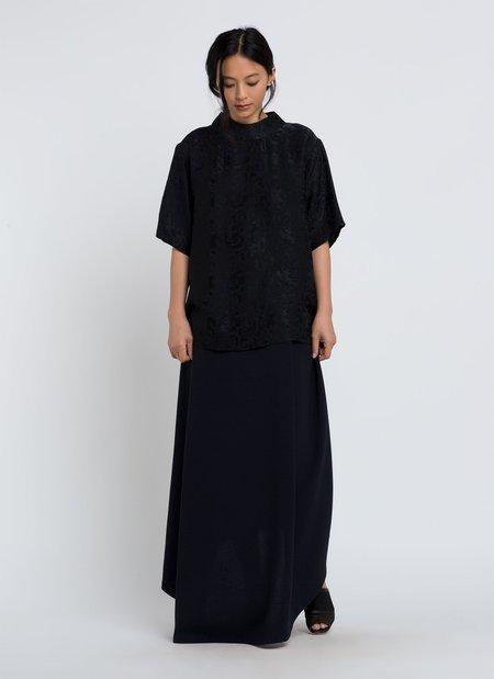 KAAREM Amber Short Sleeve Mockneck Silk Weave Top - Black Floral