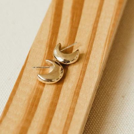 KIKI KOYOTE CRESCENT EARRINGS - BRASS