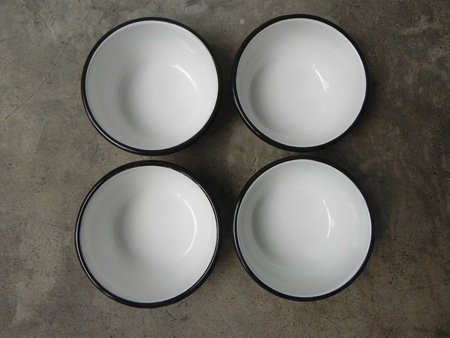 A Détacher SET OF TWO SMALL ENAMEL BOWL - WHITE