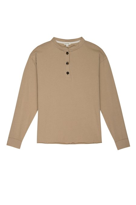 Donni. LONG SLEEVE HENLEY TEE - LATTE
