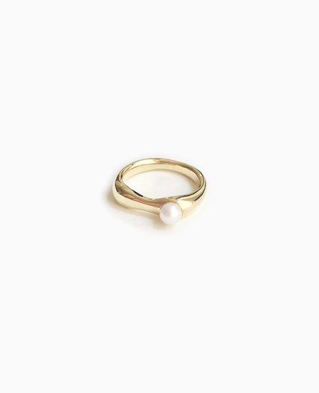 SUAI Ona Small Pearl Ring - Brass