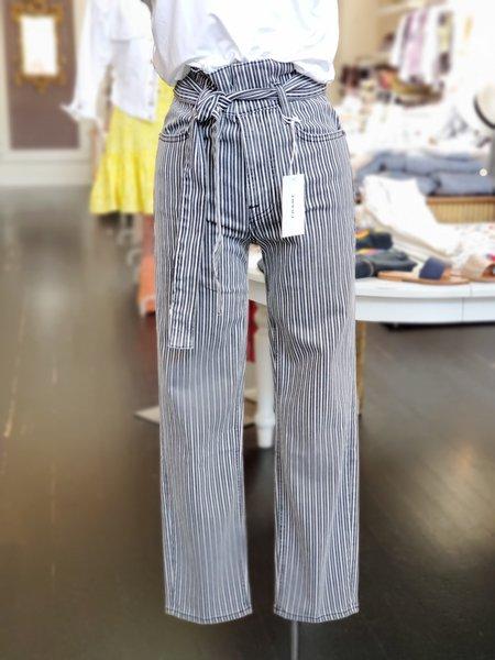 FRAME Denim Belted Pleated Pegged Leg Jean - Blanc Stripe