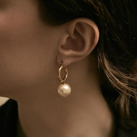 Maslo Jewelry Tiny Latch Round Pearl Hoops - 14K gold plate