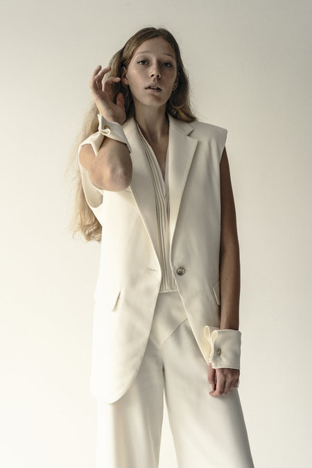 K M by L A N G E WOOL MARRY ME SLEVELESS PADDED SHOULDERS JACKET - cream