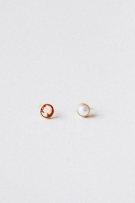Grainne Morton CAMEO AND PEARL MISMATCHED STUD EARRINGS - 18k/ct gold plated silver