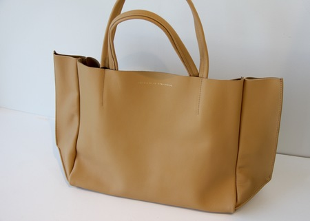 AMPERSAND AS APOSTROPHE SIDEWAY TOTE CAMEL